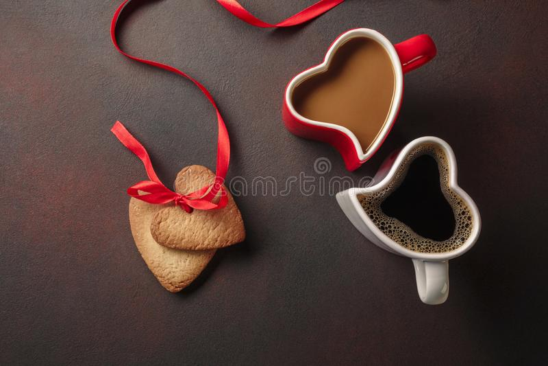 Valentin dag med gåvor, enformad ask, koppar kaffe, hjärta-formade kakor, makron och en svart tavla Bästa sikt med royaltyfria foton