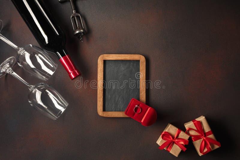 Valentin dag med hjärtor, vin, exponeringsglas, gåvor, en ask i form av en hjärta och en korkskruv royaltyfri bild