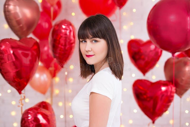 Valentin dagbegrepp - lycklig härlig kvinna med röda hjärta-formade ballonger royaltyfria bilder