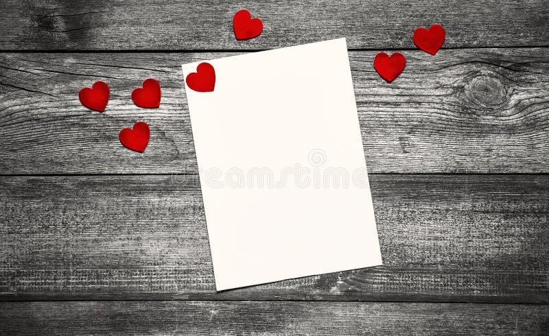 Valentin dagbegrepp med vitbok och röd hjärta på trätabellen arkivbilder