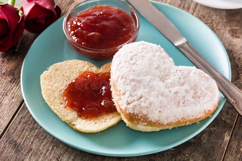 Valentin dagfrukost med kaffe, denformade bullen och bärdriftstopp royaltyfria bilder