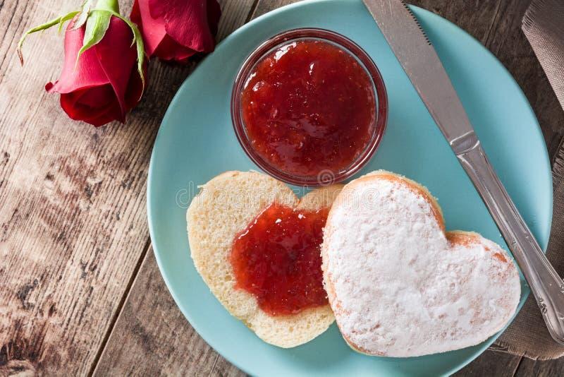 Valentin dagfrukost med kaffe, denformade bullen och bärdriftstopp arkivfoton