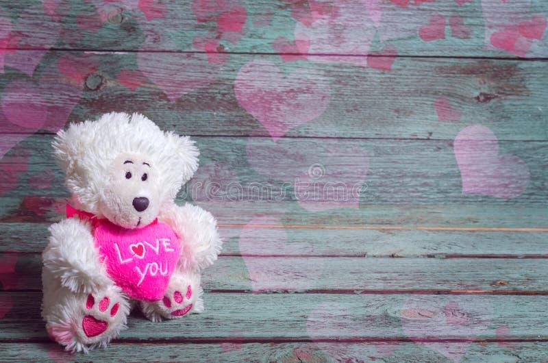Valentin dnia karta z misiem i heards na nieociosanym drewnianym tle obraz royalty free