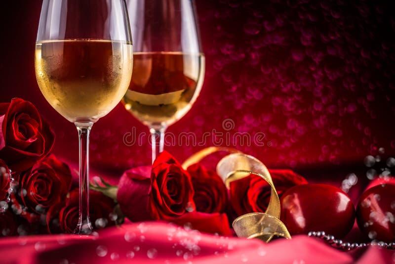 Valentin eller bröllopbegrepp Vin kuper röda rosor och romantiker arkivbilder