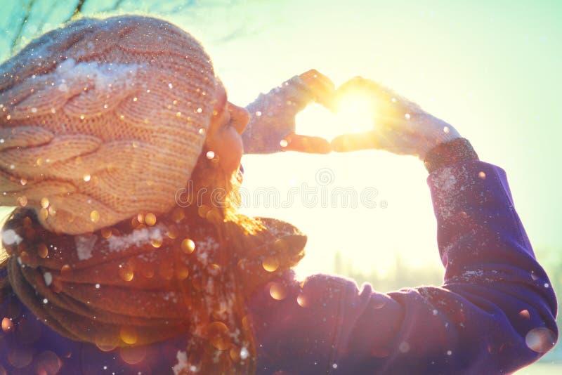 valentin för dag s Parkerar den glade tonårs- modellen Girl som för skönhet har gyckel i vinter arkivbild