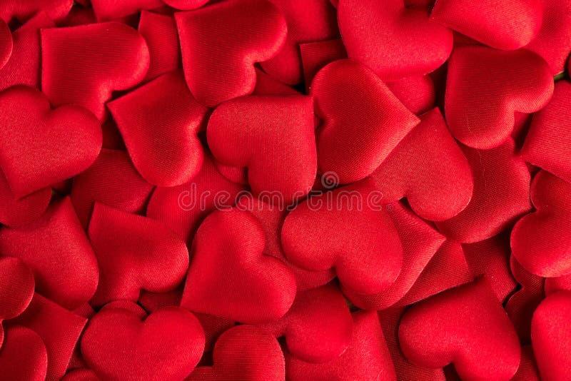 valentin för dag s Röd hjärtaformbakgrund Abstrakt ferievalentinbakgrund med röda satänghjärtor Förälskelse royaltyfri foto