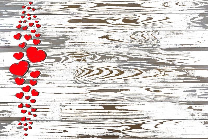 valentin för dag s Röda hjärtor på en vit träbakgrund royaltyfria bilder
