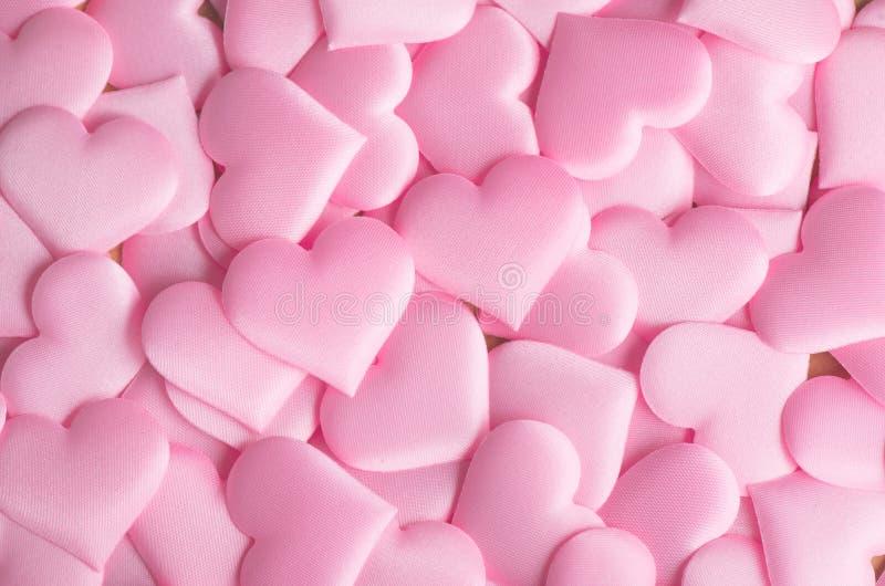 valentin för dag s Rosa hjärtaformbakgrund Abstrakt ferievalentinbakgrund med rosa satänghjärtor man för begreppskyssförälskelse  fotografering för bildbyråer