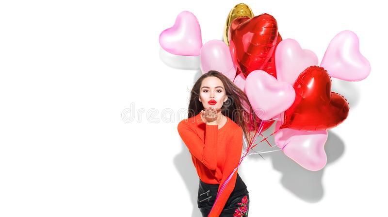 valentin för dag s Skönhetflicka med färgrika luftballonger som har gyckel royaltyfri fotografi