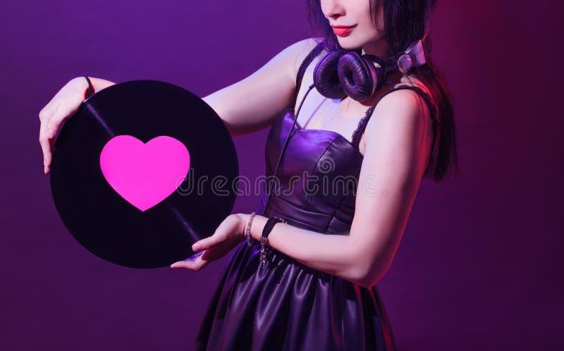 Valentin för glamour för vinyl för ung kvinna för blandare för retro tappning för parti för flicka för disko för Dj-headphoneutru arkivbilder