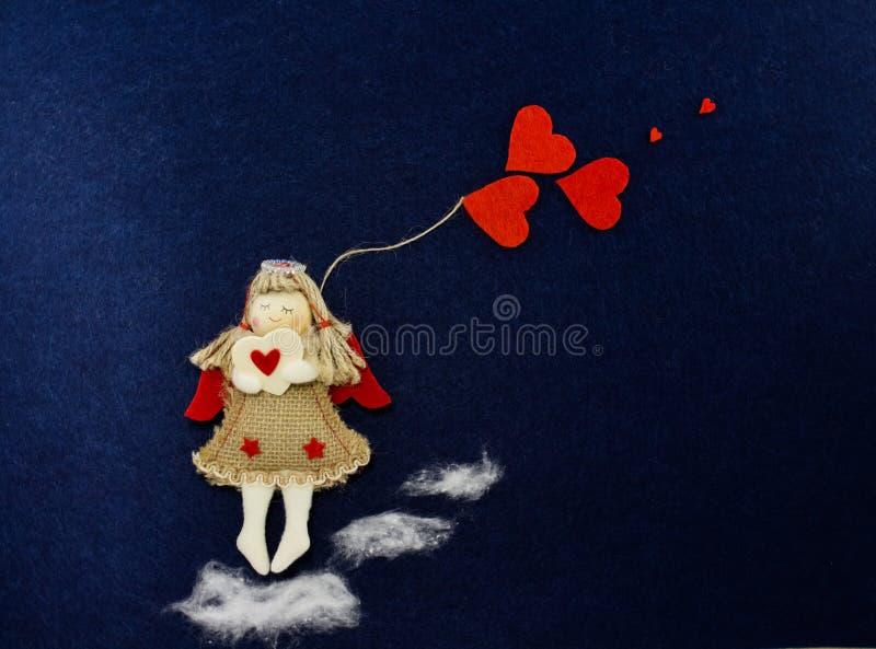 Valentin i bilden av en ängel med röda hjärtor royaltyfri foto