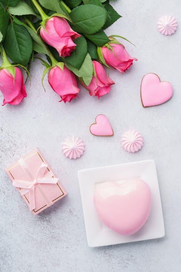 Valentin kort för daghälsning med den ros-, gåva- och moussekakan arkivbild