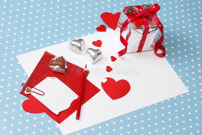 Valentin meddelande för dagförälskelse som är oavslutat, med gåvaasken arkivfoton