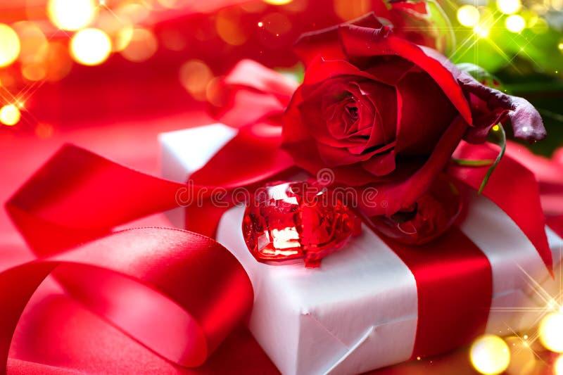 Valentin röd ros för dag och gåvaask royaltyfri foto