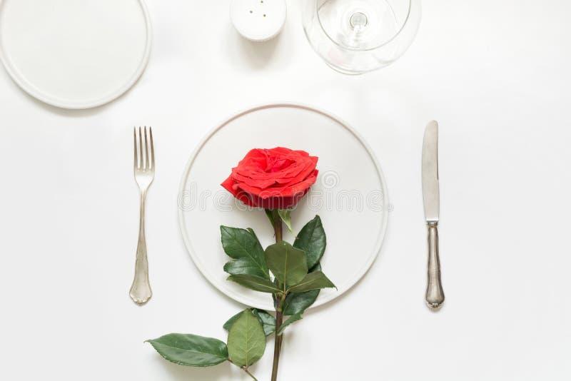 Valentin romantisk matställe för dag eller för födelsedag Romantisk tabellinställning med den röda rosen royaltyfri bild