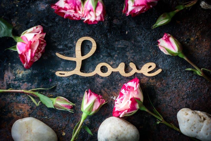 Valentin \ 's-dagbakgrund på lantlig yttersida - uttrycka FÖRÄLSKELSE arkivfoton
