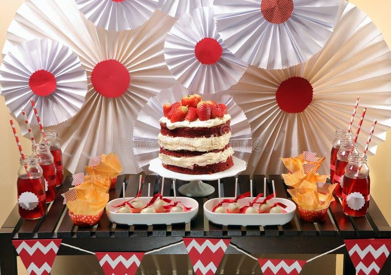 Valentin tabell för dagparti med den röda sammetkakan royaltyfria foton
