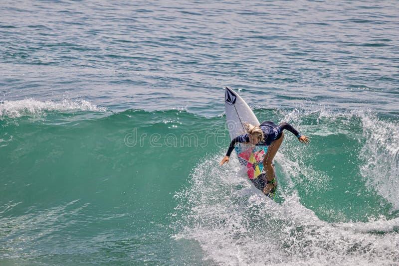 Valentina Resano surfant dans l'US Open de fourgons de surfer 2019 photos stock
