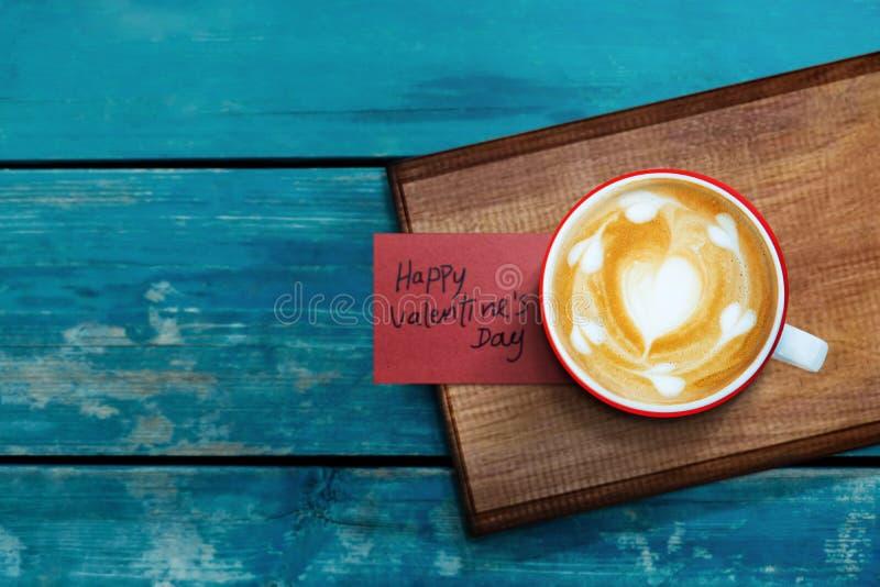 Valentindag eller kundomsorg- och servicebegrepp Baristaen Served en varm kaffeLattekopp med anmärkningen arkivbild