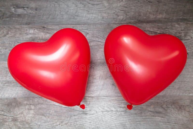 Valentindag, röda ballonger på trägrå bakgrund, hjärtor, förälskelse, romantisk bild, royaltyfri fotografi