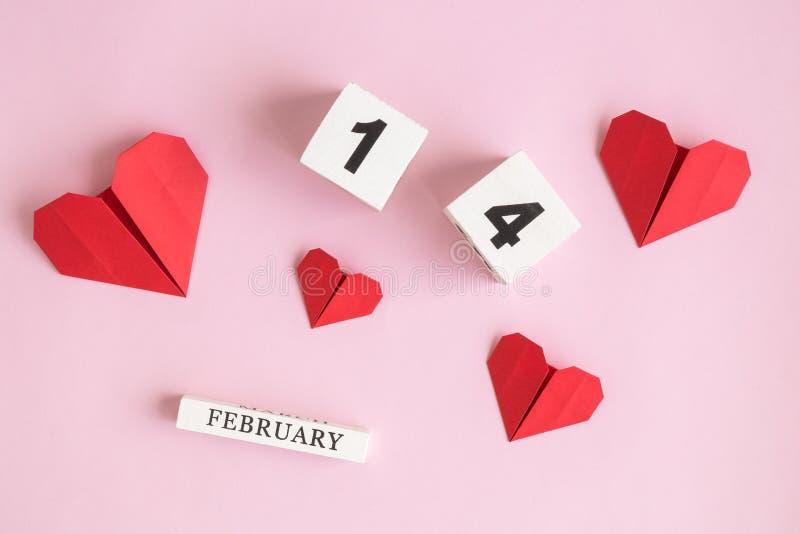 Valentindagabstrakt begrepp gjorde av 14 februari träkalendern och röda pappers- hjärtor på ros royaltyfria foton