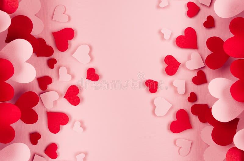 Valentindagbakgrund av många olika pappers- hjärtor på rosa mjuk bakgrund kopiera avstånd arkivfoton