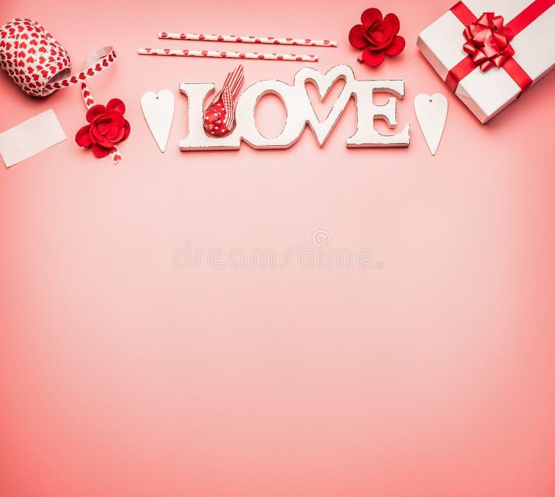 Valentindagbakgrund med den lekmanna- gränsen för lägenhet av ordförälskelse, hjärtor, gåvaasken med det röda bandet och hälsning royaltyfri bild
