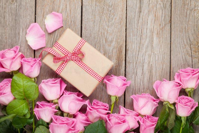Valentindagbakgrund med rosa rosor över trätabellen och arkivbild