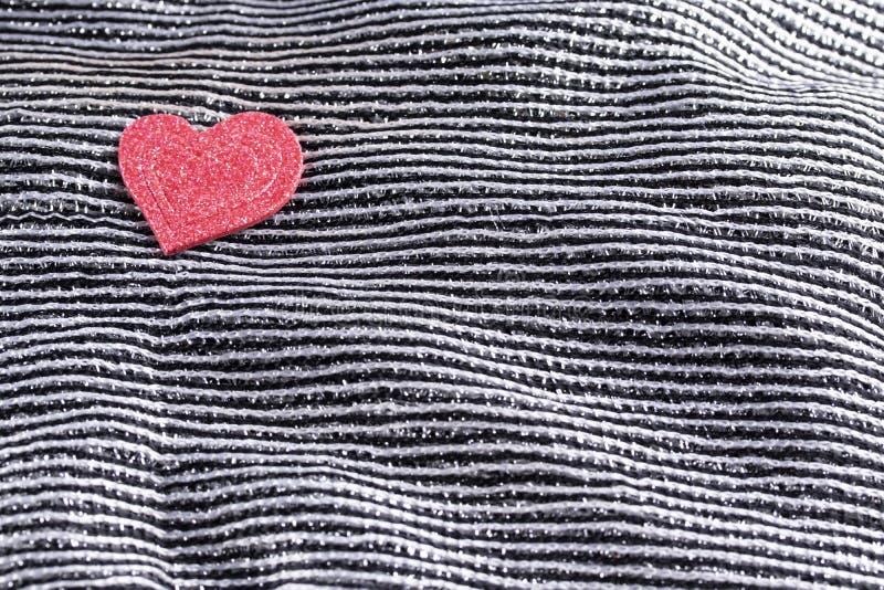 Valentindagbakgrund, valentinhjärta på att kontrastera svartvitt siden- tyg royaltyfri fotografi