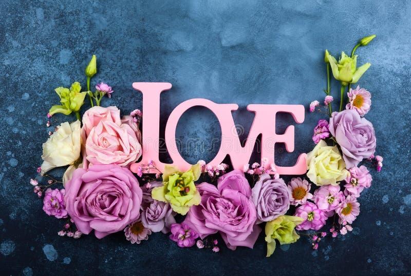 Valentindagbegrepp med blommor arkivfoton