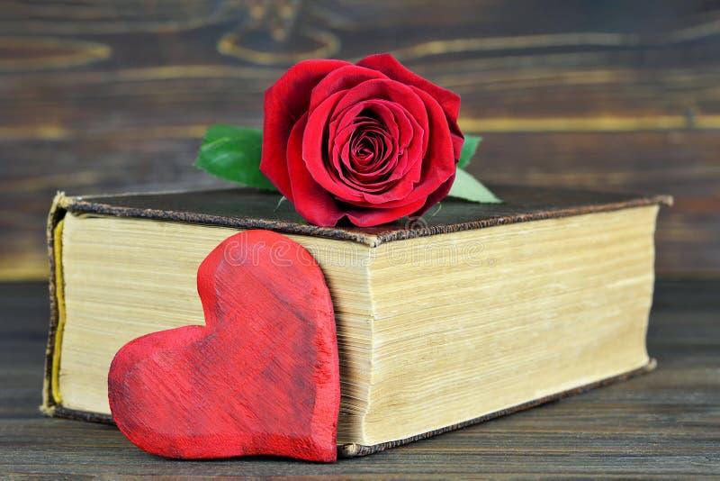 Valentindaggåvan, hjärta och steg på boken royaltyfri fotografi