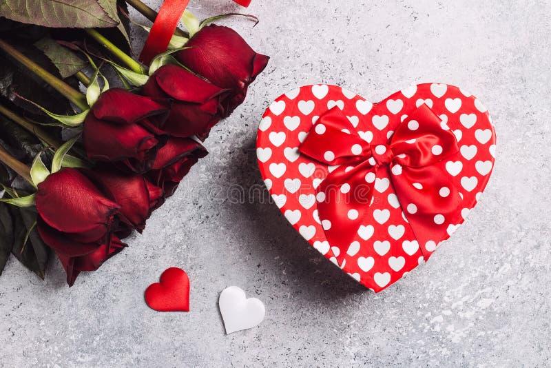 Valentindagkvinnors överraskning för form för hjärta för ask för gåva för ros för dag för mödrar röd arkivfoton