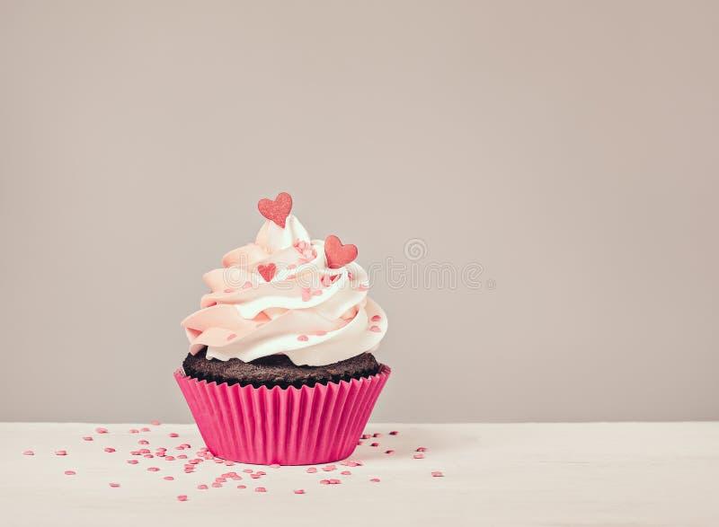 Valentindagmuffin med hjärtor royaltyfri fotografi