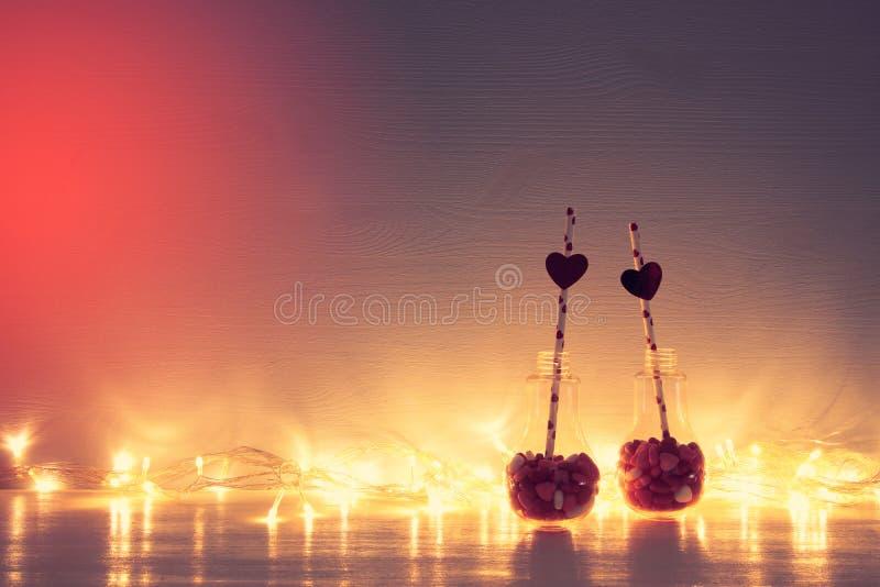 Valentine& x27; 与塑料电灯泡的s天浪漫背景与 免版税图库摄影