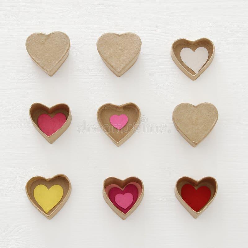 Valentine';s天概念 作为纸礼物盒的心脏在木白色背景 免版税库存图片