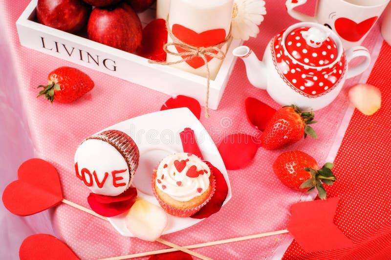 Download Valentine immagine stock. Immagine di cuore, nozze, mani - 56891907