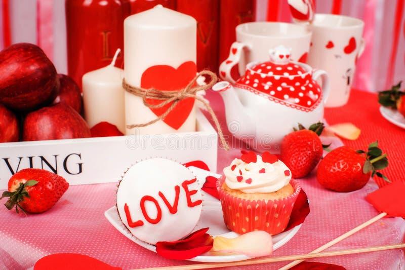 Download Valentine immagine stock. Immagine di fragola, mela, celebri - 56891919