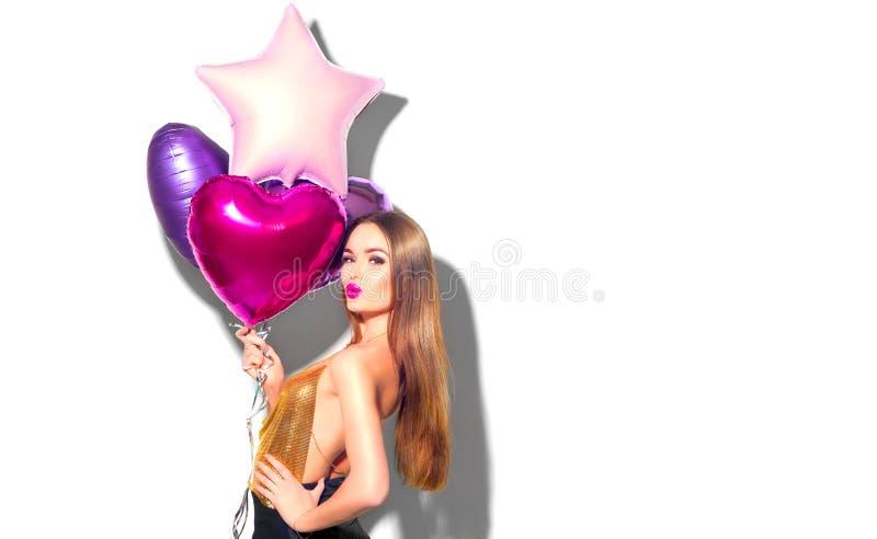 Valentine Beauty girl met rode en roze luchtballonnen die lachen, geïsoleerd op witte achtergrond Mooie Happy Young-vrouw stock fotografie
