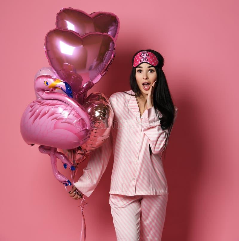Valentine Beauty-Mädchengriff rot und rosa Luftballonherzen überrascht auf rosa Hintergrund Schöne glückliche junge Frau lizenzfreie stockfotografie