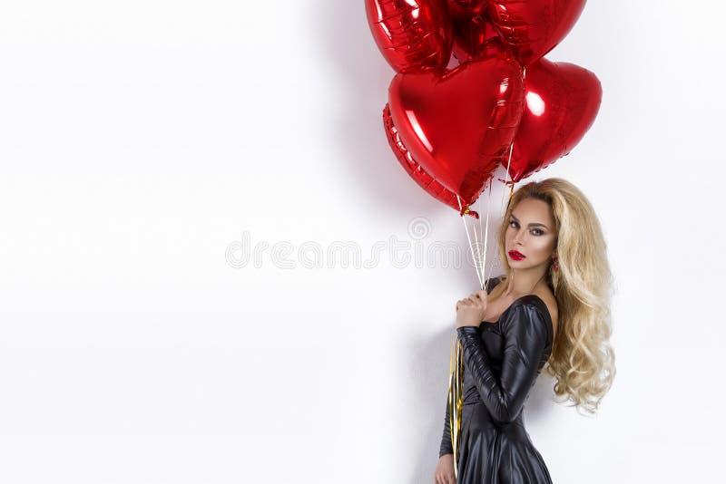 Valentine Beauty-meisje met rode die luchtballon op witte achtergrond wordt geïsoleerd Mooie Gelukkige Jonge vrouw die product vo royalty-vrije stock foto's