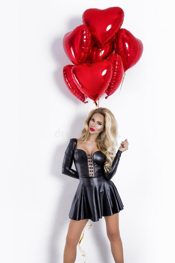 Valentine Beauty-meisje met rode die luchtballon op witte achtergrond wordt geïsoleerd Mooie Gelukkige Jonge vrouw die product vo royalty-vrije stock fotografie