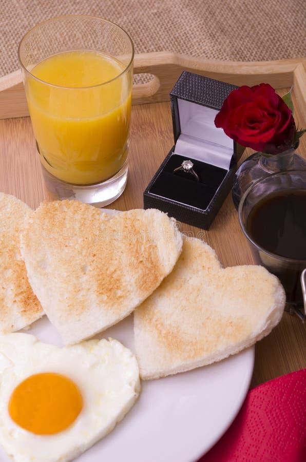 Valentine Breakfast em Tray With Diamond Ring fotografia de stock
