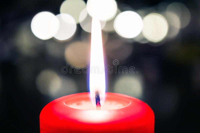 Valentine Candle Light For Dinner paisible sur un Tableau en bois avec Bokeh la nuit image stock