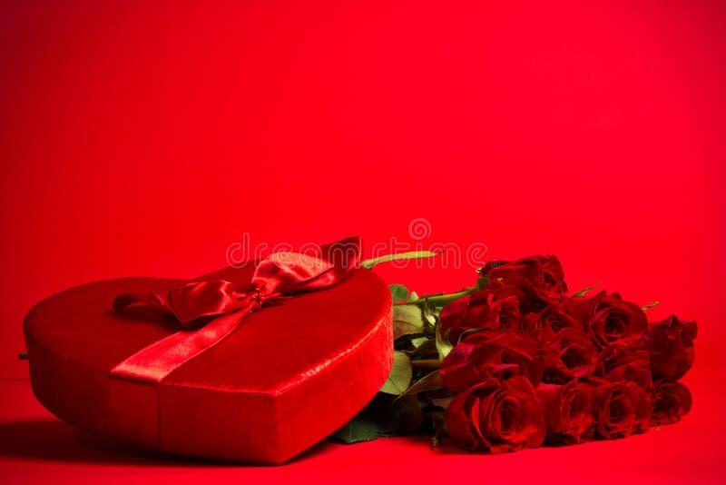 Valentine Candy Box et roses sur le fond rouge photographie stock