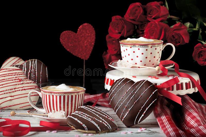 Valentine Cappucino com as cookies do coração do chocolate imagem de stock royalty free