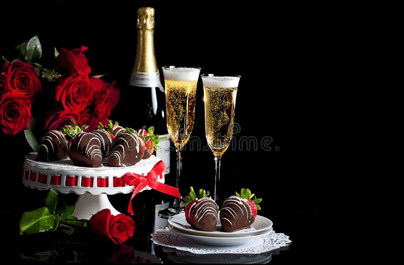 Valentine Champagne Roses Chocolate Covered Strawberries fotografie stock