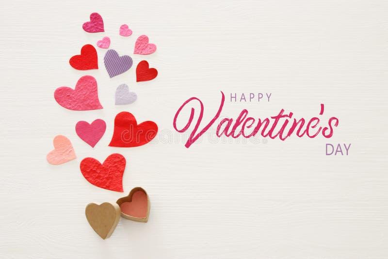 Valentine' concepto del día de s Corazones de papel sobre fondo blanco de madera Endecha plana libre illustration