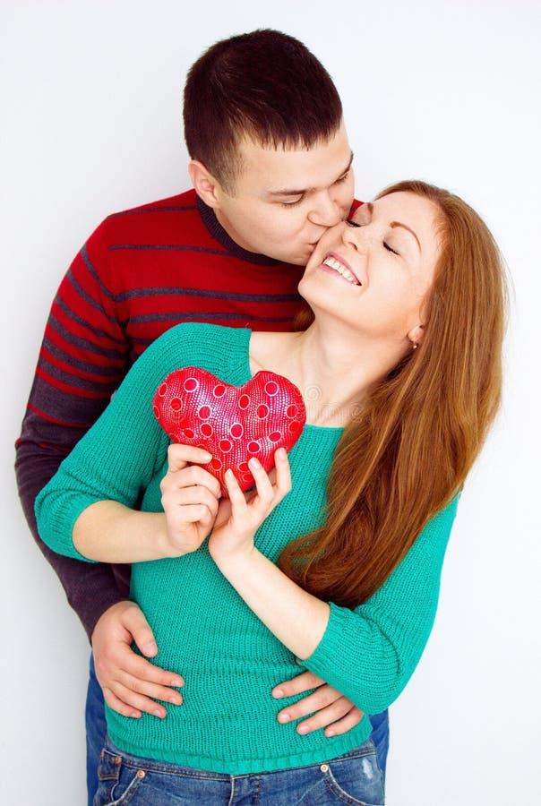 Valentine Couple Stående av att le skönhetflickan och hennes stiliga pojkvän man för begreppskyssförälskelse till kvinnan HJÄRTAT fotografering för bildbyråer