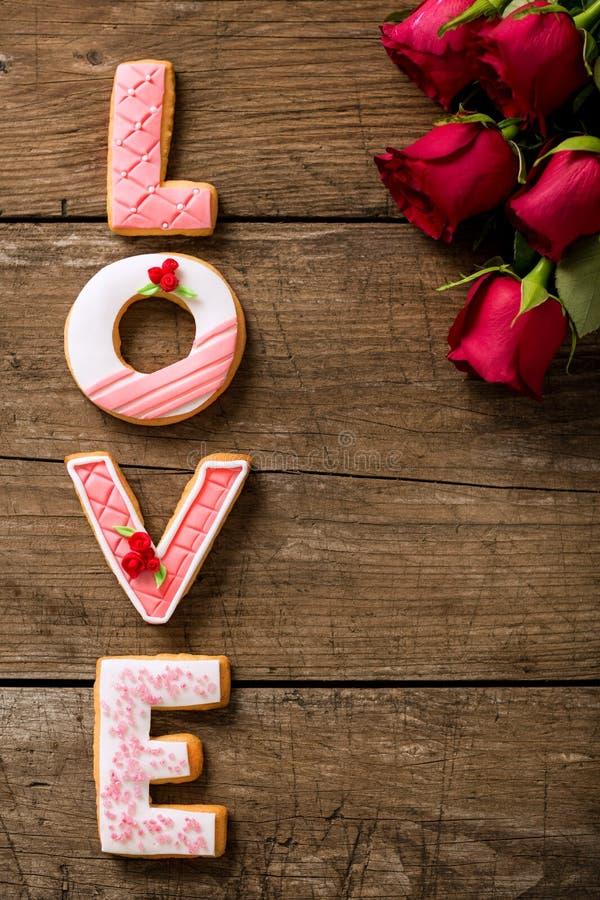 Valentine-dagconcept met koekjes en mooie rode rozen stock afbeeldingen