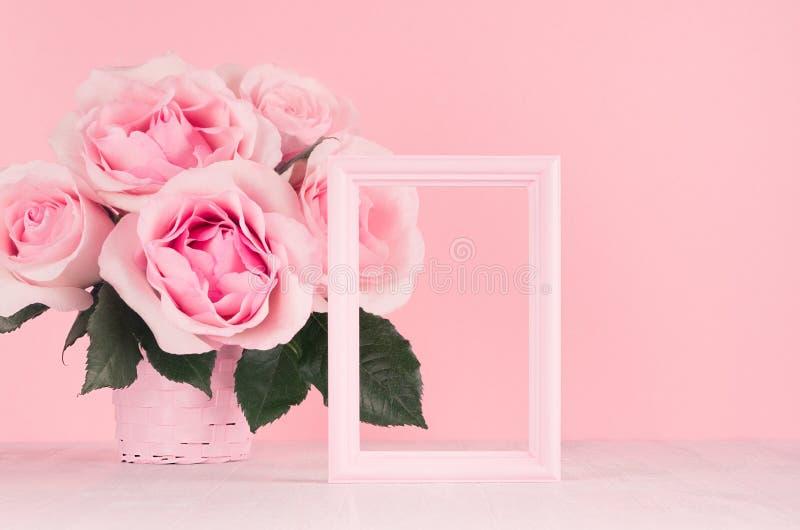 Valentine-dagenachtergrond - het elegante boeket van pastelkleur roze rozen, decoratief kader voor tekst op witte houten raad, ex stock fotografie
